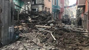 Gelen son dakika haberine göre, Fatih Balat´ta 3 katlı eski bir binada çökme meydana geldi. Olay yer