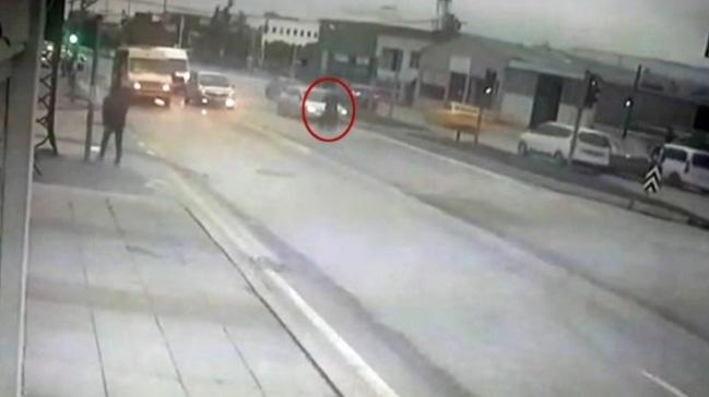 Avcılar ´da yolun karşısına geçmek isteyen abla ve kardeşi, otomobilin kendilerine hızla çarpması so