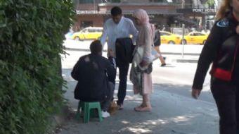 Taksim Gezi Parkı çevresini mesken tutan ayakkabı boyacılarının 'fırça düşürme taktiği' ile turistle
