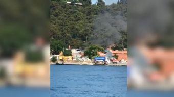 CHP´li Adalar Belediyesi, sorumluluk alanındaki çöpleri yakarak imha ederken cep telefonu kamerasına