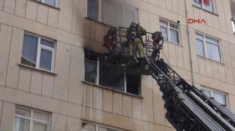 Ataşehir´de 5 katlı bir binanın 3. katında çıkan yangın paniğe neden oldu. Bina sakinleri  kendi imk