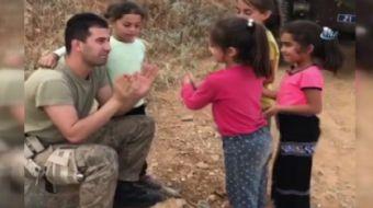 Diyarbakır'da devriye görevi yapan askerler, yanlarına gelen çocuklarla ilgilendi. Miniklerle şakala