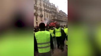 Paris, yaklaşık bir aydır ´Sarı Yelekliler´in eylemlerine sahne oluyor. Göstericiler bu defa da çald