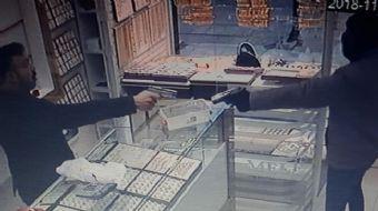 Ankara´da kar maskeli bir kişi, elindeki tabancayla girdiği kuyumcu dükkanını soymak istedi. Çekmede