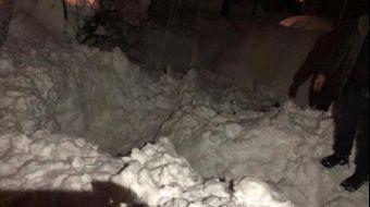 Adıyaman'ın Sincik ilçesinde binaların çatısında biriken kar kütlelerinin aşağıya düşme anı cep tele
