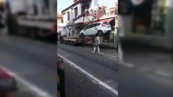 Bursa´nın Mudanya ilçesinde çekicinin üzerine konmak istenen otomobil 2 metreden yere düştü. O anlar