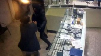 Esenyurt'ta bir kuyumcu, pompalı tüfekle dükkanını soymaya gelen iki soyguncunun üzerine atlayarak s