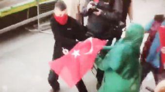 İngiltere´de PKK´lı teröristler Türk bayrağını kadının elinden almak istese de başarılı olamadı.