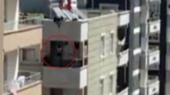 Şanlıurfa´da, anahtarını evde unutan kadın, beline ip bağladığı küçük çocuğunu çatıdan balkona sarkı