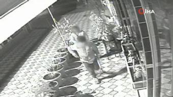Samsun´da gece yarısı 2 çocuğun hırsızlık için kahvehaneye girmeye çalışması iş yerinin güvenlik kam