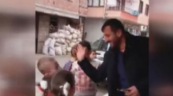 Rize´nin Çamlıhemşin ilçesinde bir market sahibi mahalledeki çocukların yanağına attığı her tokat ka