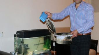 Sivas'ta yaşayan Ali Doğan, sıcaktan bunalınca damacanayı düşük maliyetli klimaya dönüştürerek herke