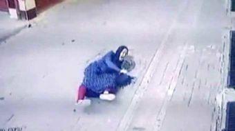 ZEYTİNBURNU'nda Çinli bir kadın telefonla konuşurken yürüdüğü sırada motosikletli şüpheliler, elinde
