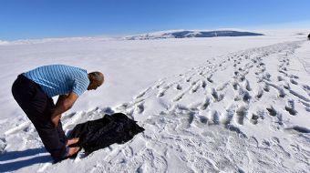 Bitlis´in Ahlat ilçesinde tamamen donan Nazik Gölü'nde buzları kırarak balık avlayan vatandaşlar, ab