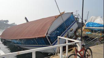 Balıkesir´de restoran olarak kullanılan tekne kısmen suya gömüldü