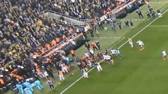 Tolga Zengin'le Fenerbahçe taraftarı arasındaki tartışmayı yatıştırmaya çalışan Şenol Güneş'in kafas