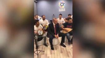 Mardin gençlik merkezinde gençleri ziyaret eden Cumhurbaşkanı Erdoğan gençlerin söylediği türkülere