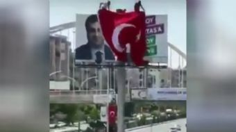Şanlıurfa´da HDP reklam afişinin üzerine Türk bayrağı asan vatandaşların görüntüleri sosyal medyada