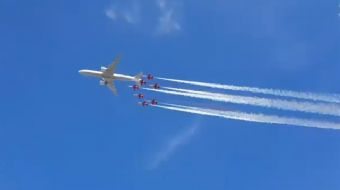 Türk Yıldızları NF-5 2000 jetleri ve THY´nin Boeing 777 uçağı, TEKONFEST İstanbul kapsamında birlikt