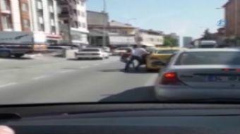 Ümraniye'de taksi şoförü henüz bilinmeyen bir nedenle kavga ettiği kadın yolcusunu bacağından tutara