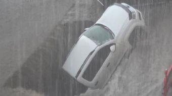 Erzurum´da, şiddetli yağışın neden olduğu sel ve su baskını nedeniyle araç yollarda mahsur kaldı, bi
