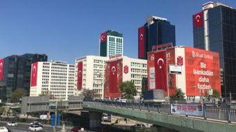 23 Nisan Ulusal Egemenlik ve Çocuk Bayramı nedeniyle Maslak'ta birçok gökdelen dev Türk bayraklarıyl