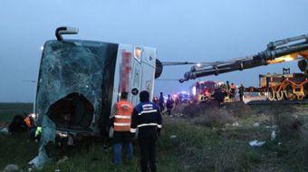Ankara karayolunda şoförünün kalp rahatsızlığı geçirdiği öne sürülen yolcu otombüsü, şarampole devri