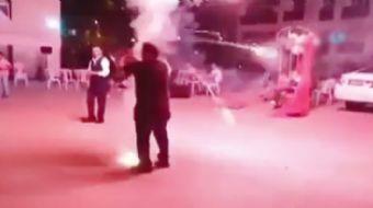 Başkent´te bir düğün sırasında havai fişekleri elinde patlatmaya çalışan kişi az kalsın yanıyordu.