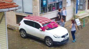 Meteoroloji Genel Müdürlüğü´nün kuvvetli yağış açıklamasının ardından vatandaşlar araçlarını battani