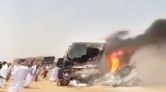 Medine'de Türk hacılarını taşıyan otobüs konvoyundaki bir otobüse karşı yönden gelen bir pikap çarpt