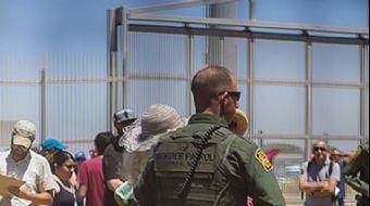 İltica başvurularının işleme konulmasının yavaşlatılmasını protesto eden Orta Amerikalı göçmenler, A