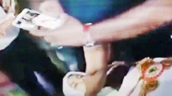 Hintli bir adam, geçirdiği trafik kazasında hayatını kaybeden kız arkadaşı için düzenlediği Hint gel