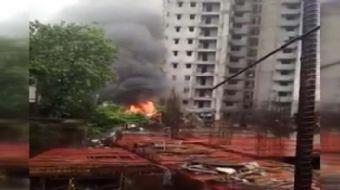 Hindistan'ın Mumbai şehrinde bir uçak düştü, 5 kişi hayatını kaybetti.