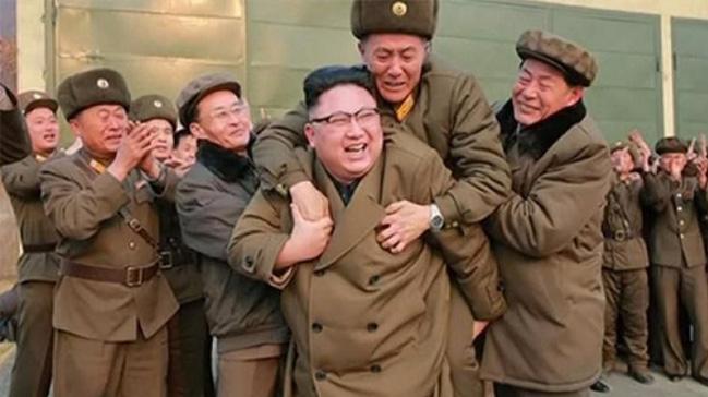 Kuzey+Kore+lideri+Kim%E2%80%99in+foto%C4%9Fraf%C4%B1+olay+oldu%21;