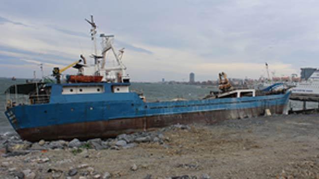 Y%C3%BCk+gemisi+Zeytinburnu%E2%80%99nda+karaya+oturdu