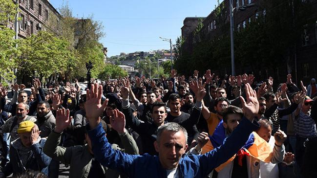 Ermenistan%E2%80%99da+protestocular+h%C3%BCk%C3%BCmet+binalar%C4%B1n%C4%B1+ablukaya+haz%C4%B1rlan%C4%B1yor
