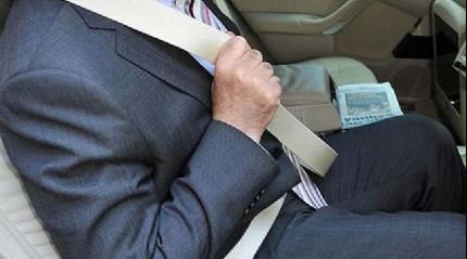Emniyet kemerinin önemine dikkati çekene otomobil