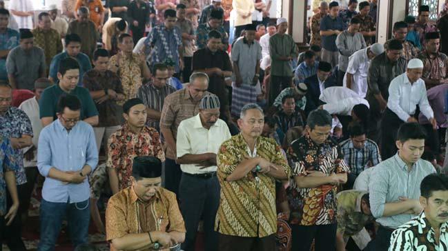 Endonezya'da ramazan ayýnýn ilk cuma namazý kýlýndý