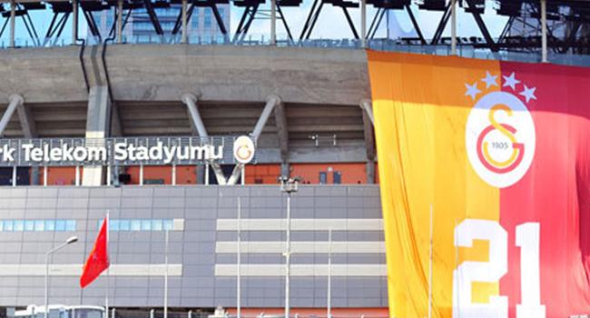Galatasaray, 21. şampiyonluğu simgeleyen dev bayrağı stada astı