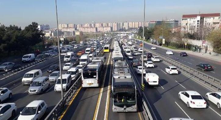%C4%B0stanbul%E2%80%99da+ak%C5%9Fam+saatlerinde+trafik+yo%C4%9Funlu%C4%9Fu+nedeniyle+vatanda%C5%9Flar+metrob%C3%BCslere+ak%C4%B1n+etti