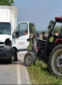 Bolu'da kamyonetle traktör çarpıştı: 8 yaralı