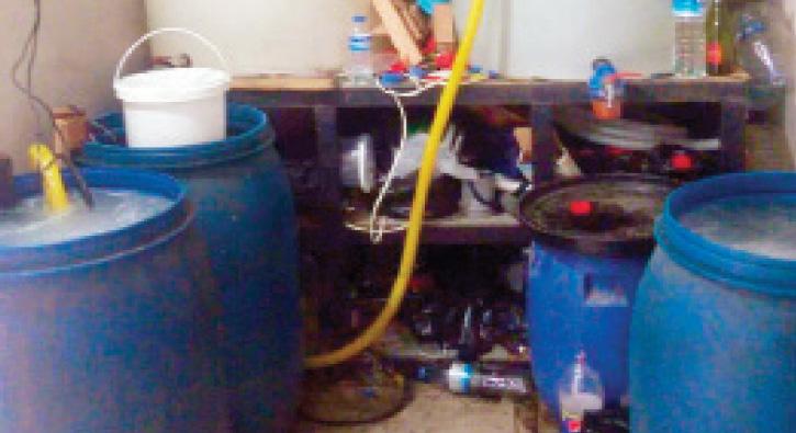 Mahalledeki sahte içki imalathanesine baskın