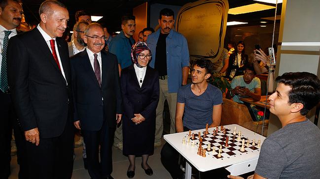 Cumhurbaşkanı Erdoğan 'Gençlik Merkezi'ni ziyaret etti