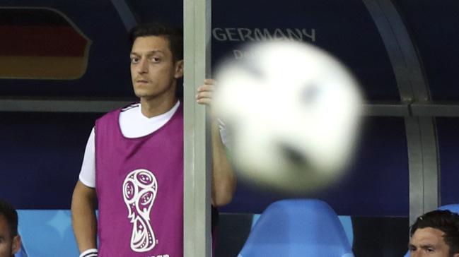 Almanya'da Mesut Özil, ilk kez bir büyük turnuvada yedek kulübesinde yer aldı