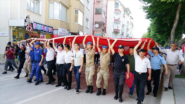 Asker, polis ve vatandaş el ele Türk bayrağını taşıdı