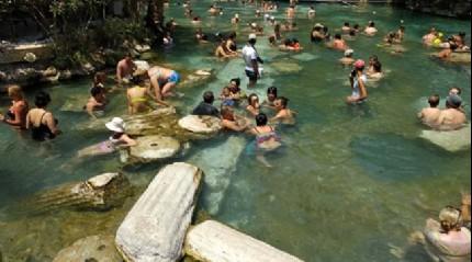 Denizli'deki 2 bin 500 yıllık antik havuz turistle doluyor