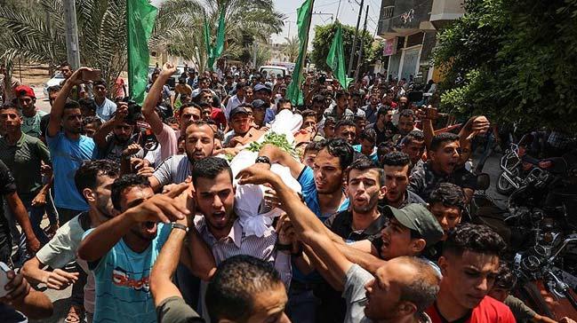 İsrail askerlerinin, açtığı ateş sonucu yaralanan ve bu sabah şehit olan Filistinli toprağa verildi