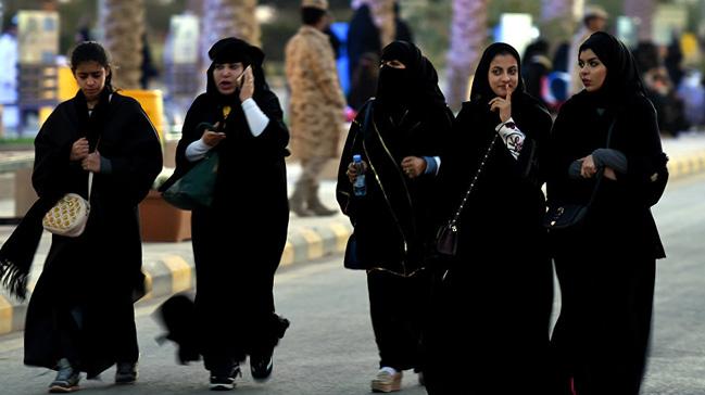 Suudi+Arabistan%E2%80%99da+kad%C4%B1nlara+yard%C4%B1mc%C4%B1+pilotluk+yolu+a%C3%A7%C4%B1l%C4%B1yor