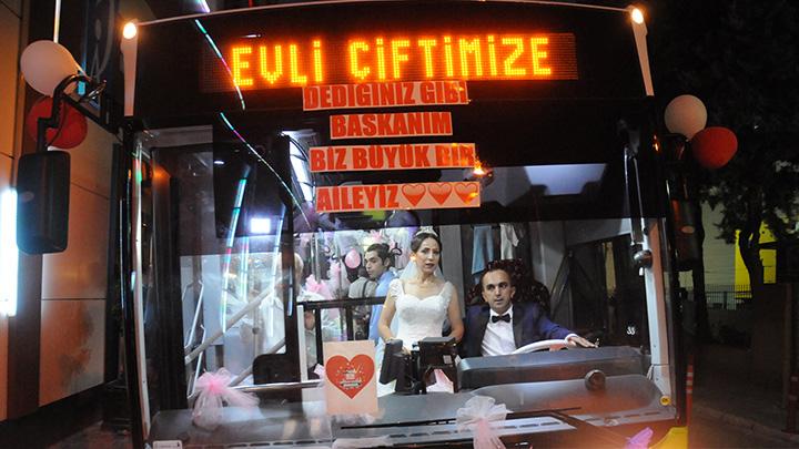 Adana%E2%80%99da+halk+otob%C3%BCs%C3%BC,+%C5%9Fof%C3%B6r+%C3%A7iftin+gelin+arabas%C4%B1+oldu