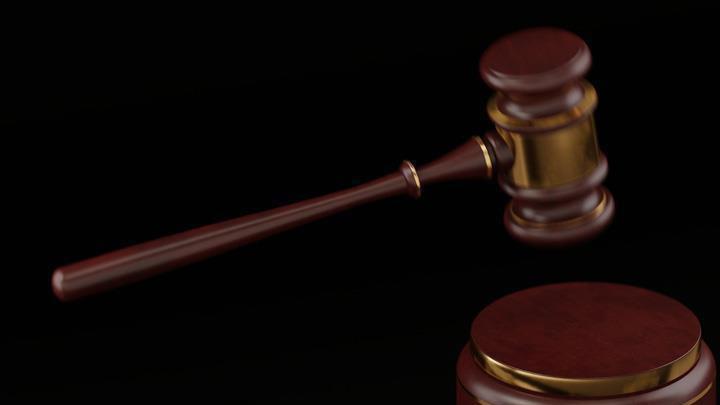 Mersin'de eski eşini otobüs durağında beklerken 10 bıçak darbesiyle öldürdüğü iddia edilen sanık, yargılandığı davada müebbet hapis cezasına çarptırıldı.